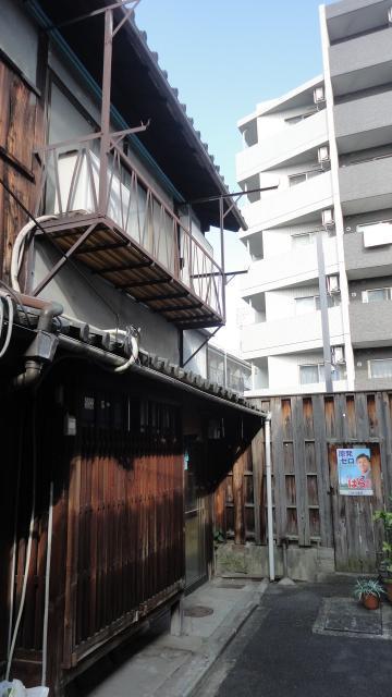 表に格子にが残る京町屋風の古~い長屋の端家